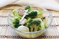 6. Подают салат из брокколи дополнив пластинками «Пармезана» или другого острого сыра.