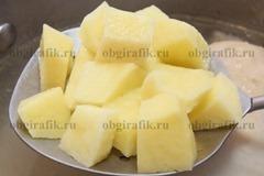 6. К готовой курице закладывают картофель – варят после кипения 10-12 минут.