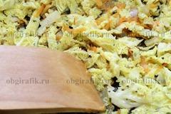 6. Нашинкованную капусту протушить на растительном масле, бросив специи по вкусу, с луком и морковью. Начинку остудить.