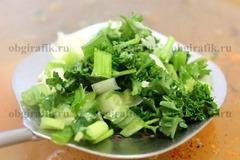 7. В конце готовки добавляют масло, зелень и чеснок.