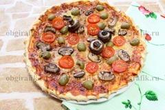 5. Подавать пиццу с грибами, разрезав на порционные сегменты.