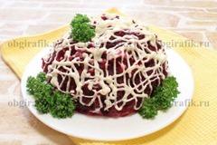 7. Украсив зеленью, пропитав в холодильнике 30-60 минут, салат «селедка под шубой» подают.