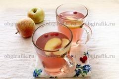 6. Слегка остудив, яблочный компот разливают.
