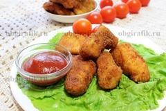 7. Подавать куриные наггетсы с любимым соусом, свежими овощами, салатными листьями.