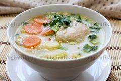 9. Бросив чеснок и зелень, сырный суп с курицей разливают по порционным формам/тарелкам.