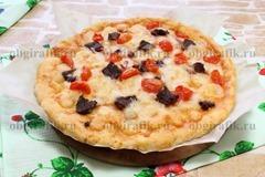 9. Горячую деревенскую пиццу слегка остудить и нарезать на порционные сегменты.