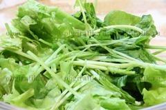 2. Рукколу и салатные листья промыть, порвать крупными кусками.