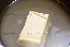 2. Масло, соль, сахар и воду поставить на огонь – довести до кипения.