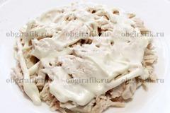 2. На плоской тарелке выкладывают кусочки отварного филе, смазывают майонезом.