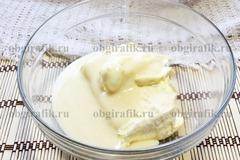 2. В объемной миске соединить мягкое масло и сгущенку.