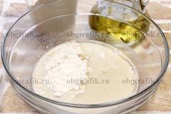 3. Влить масло и, подсыпая частями муку, замесить мягкое тесто.