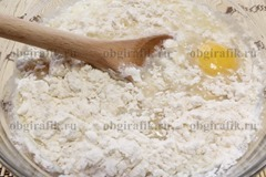 3. Вбить яйцо, всыпать соль, сахар, разрыхлитель и влить 4 ложки масла – замесить мягкое тесто.