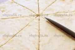4. Разделить тесто на две равные части, каждую раскатать в круглый пласт толщиной около 2-3 мм, разрезать на 8 сегментов.