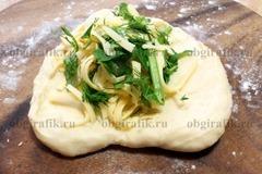4. Разделить на равные части - примерно 13-15 колобков – приплюснуть в виде лепешки, выложить начинку из зелени и натертого сыра.