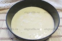 4. Тесто выливают в форму, выпекают 18-20 минут при температуре 180 градусов. Первые 10 минут духовку не открывают.
