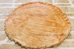 5. Раскатать тесто в круглый пласт, смазать томатным соусом.