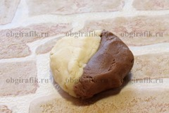 5. Отрывая по кускам с орех, светлое тесто соединить с шоколадным.