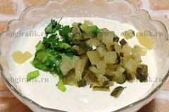 5. Бросить мелко нарезанные огурцы и зелень, посолить, поперчить по вкусу и довести до равномерного распределения всех компонентов.