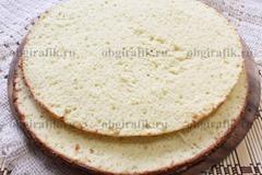 5. Готовый бисквит, остудив, разрезают на два коржа.