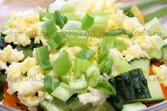 5. Положить раскрошенное и сваренное вкрутую яйцо, мелко нашинкованный лук. Приправить специями по вкусу, маслом и соком лимона.