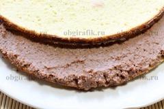 6. При желании пропитывают сиропом, смазывают шоколадным кремом нижний корж, затем – верхний и борт.