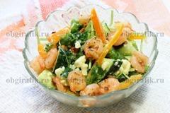 6. Морепродукты обжарить 1 минуту на сковороде с чесноком и высыпать к остальным компонентам – салат с креветками подавать сразу же.