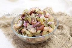 6. Заправив маслом, солью, перцем и бросив базилик, салат с фасолью подавать к столу.