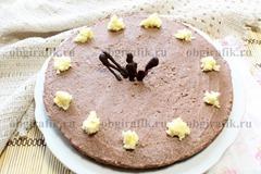 7. Украсив пирамидками белого крема и шоколадными осколками, бисквитный торт ставят на 1 час в холодильник.